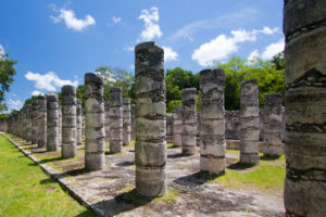 Zu sehen sind die Chichén Itzá Mil Columnas Ruinen.