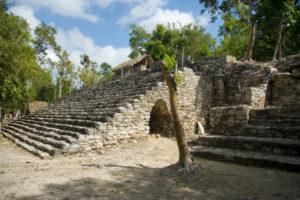 Kleine Maya Kirche in Cobá. Einige Treppen führen zur Kiche hinauf.