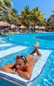 Frau entspannt auf Wasserpoolliege