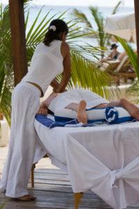 Wellness und Spa Hotelservice,Massage am Cancún Strand mit Blick auf das Meer.