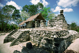 Zusehen ist die Maya Ruine San Gervasio auf der Insel Cozumel.