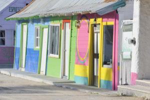 Zusehen sind einige bunte Häuser auf der Insel Holbox.