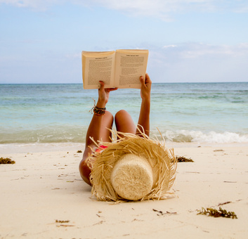 Frau lernt am Strand von Mexiko - Yucatán