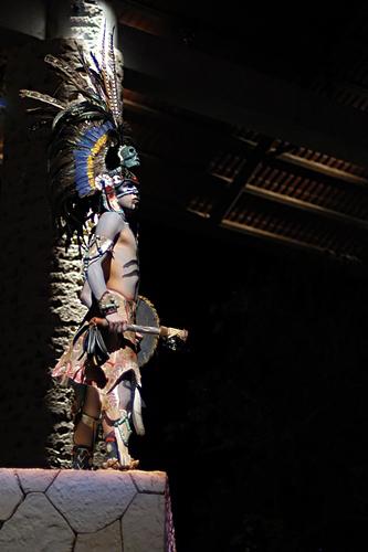 Ein traditioneller Maya Krieger mit Speer und Schild bewaffnet.