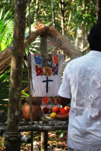 Zusehen ist ein religiöses Maya Ritual. Der Opfertisch ist ebreits angerichtet.