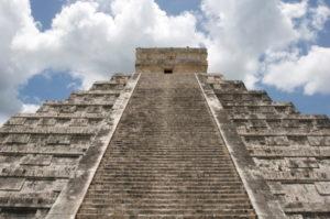 Beeindruckende Maya Stufenpyramide die jährlich Tausende von Besucher anlockt.