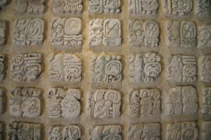 Eine Steintafel mit verschiedenen Maya Schriften die einen Auszug aus dem Maya Kalender darstellt.