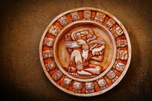 Der Maya Kalender 2012, mit Maya Schriften am Tellerrand.