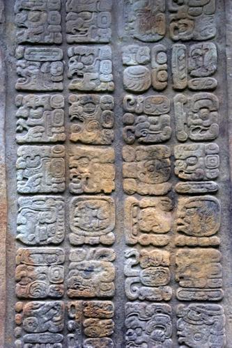 Eine uralte Maya Schrifttafel mit vielen verschiedenen Maya Schriftsymbolen.