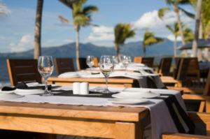 Romantisches Restaurant, welches ein spektakulären Ausblick auf das Meer vor Cancún bietet.
