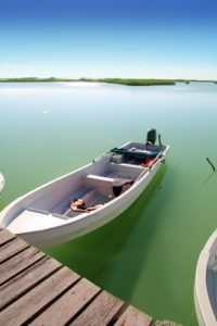 Sian Ka'an Mangroven Boat welches an einem Steg befestigt ist. Die Boote fahren nach Punta Allen.