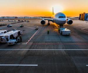 Ein Flugzeug steht am Flughafen in Cancun